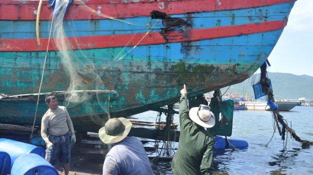 Bo hoang con tau 'lich su' bi Trung Quoc dam chim hinh anh 2 Tàu ĐNa-90152 với vết đâm chí mạng khiến tàu bị chìm và 10 ngư dân suýt bỏ mạng khi đánh cá tại vùng biển Hoàng Sa của Việt Nam.