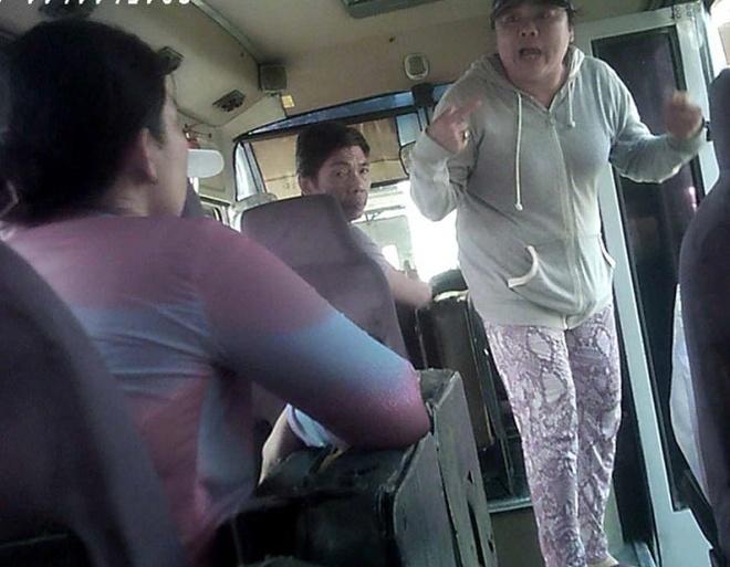 Nha xe trang tron cuop tien khach: Lot sach tung dong hinh anh