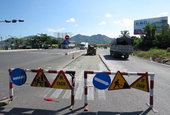 Do quan va... quoc lo 1 hinh anh 3 Sửa chữa quốc lộ 1 ở ngã ba Vĩnh Lương (TP Nha Trang).