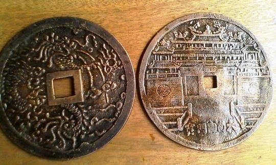 """Phat hien 2 dong tien co quy hiem lon nhat thoi nha Nguyen hinh anh 1 2 đồng tiền cổ """"Gia Long thông bảo"""" (trái) và """"Minh Mạng thông bảo"""" (phải) có kích thước lớn lần đầu tiên được phát hiện - ảnh Báo Quảng Bình."""