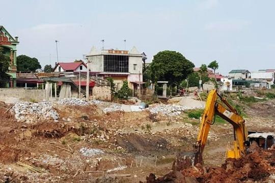 Hang chuc met duong sut, nha nghieng trong dem hinh anh 2 Người dân cho rằng kênh mương dẫn nước thi công qua khu vực thôn Nhâm Tràng là nguyên nhân dẫn tới hiện tượng bất thường trên.