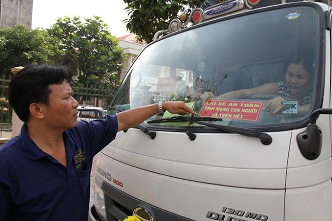 """Do xo di dan bang 'lai xe an toan' vi so phat hinh anh 1 Tài xế Nguyễn Thành Vũ dán bảng chữ """"Lái xe an toàn"""" trên kính xe vì sợ bị phạt."""