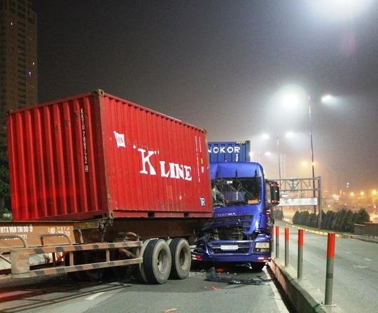 Thung container tuot khoi xe, gay hoa tren cau Sai Gon hinh anh