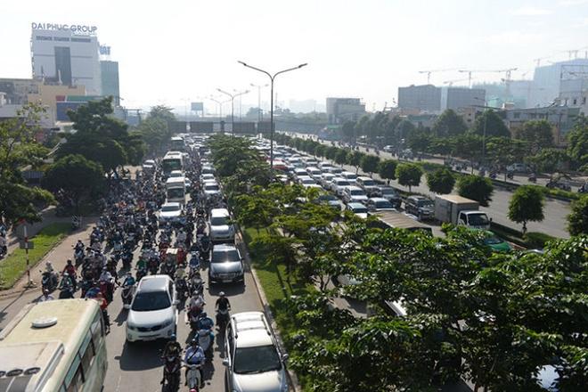 Duong Dien Bien Phu thanh bien xe ngay tu cau Sai Gon hinh anh 2 Hàng nghìn phương tiên tham gia giao thông kẹt kéo dài hướng từ cầu Sài Gòn về Vòng xoay Hàng xanh.