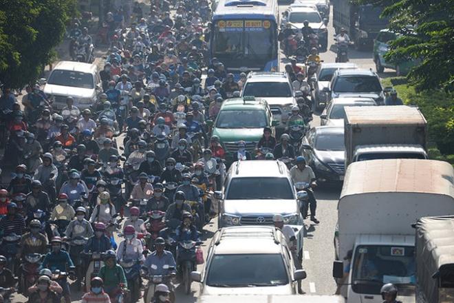 Duong Dien Bien Phu thanh bien xe ngay tu cau Sai Gon hinh anh 1 Nhiều xe máy trần lên lề đường tìm hướng đi nhưng vẫn không có lối thoát.