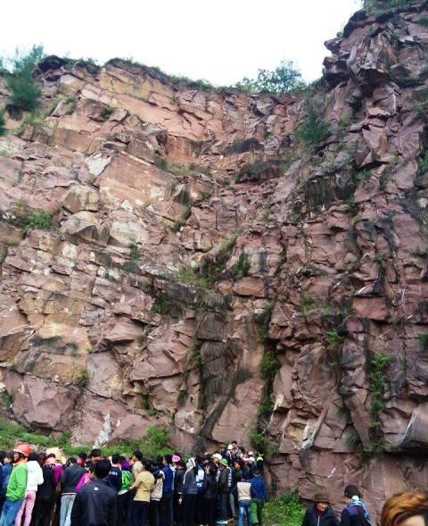 Phat hien thi the nam thanh nien dap nat duoi chan nui da hinh anh 1 Hiện trường nơi người dân phát hiện thi thể nam thanh niên chết dưới chân núi Đỏ.
