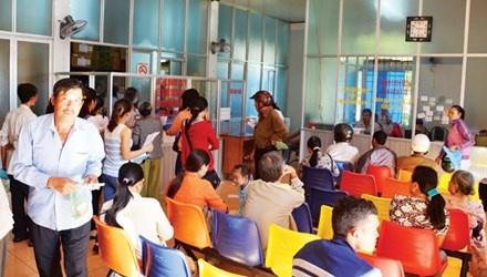Bệnh nhân chờ khám chữa bệnh tại bệnh viện đa khoa Buôn Ma Thuột.