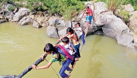 Lieu minh qua song bang… soi cap hinh anh 1 Các em học sinh bản Cu Pua và người dân qua sông bằng sợi dây cáp.