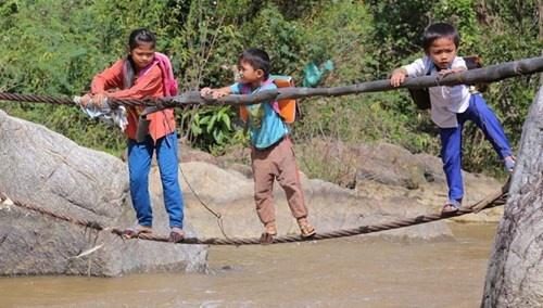 Lieu minh qua song bang… soi cap hinh anh 2 Các em học sinh bản Cu Pua và người dân qua sông bằng sợi dây cáp.