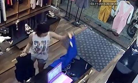 Clip thanh nien vo mua vay cho ban gai de trom dien thoai hinh anh 6 Lúc lấy hai chiếc váy trên bàn đi, chủ của shop này vẫn chưa phát hiện bị mất điện thoại.
