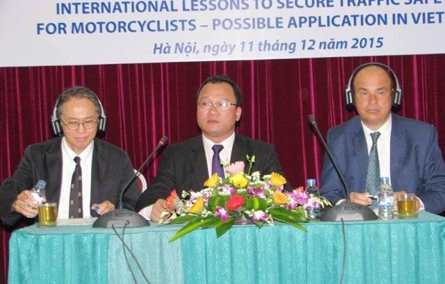 Bat den pha xe may ban ngay de giam tai nan giao thong hinh anh 1 Phó Chủ tịch chuyên trách Uỷ ban ATGT Quốc gia Khuất Việt Hùng và đại diện các tổ chức Quốc tế chủ trì Hội thảo..