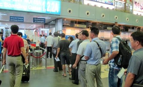 Thay giao dom doa dua bom len may bay hinh anh 1 Anh ninh sân bay luôn được kiểm tra nghiêm ngặt nên rất nhiều hành khách phải mở hành lý để kiểm tra trực quan.