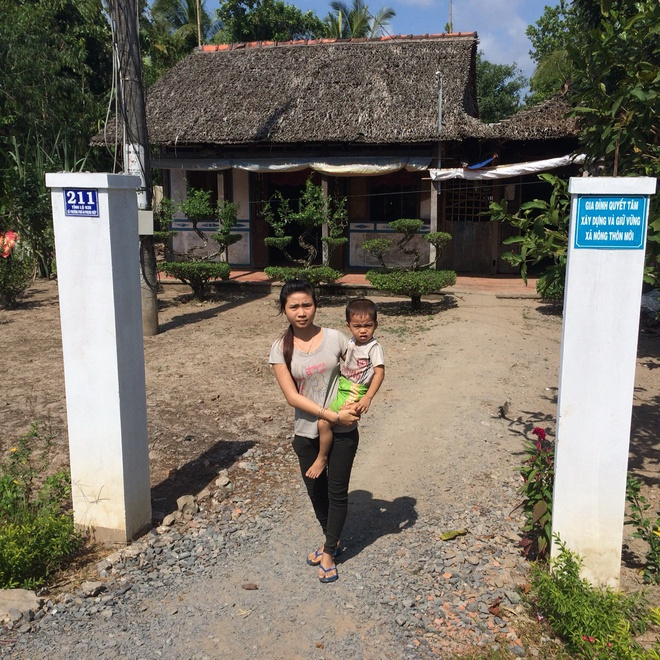 'Nha tui nha la ma xa bat lam cong betong' hinh anh 1 Căn nhà lá của chị Trần Thị Mỹ Lợi ở xã Phương Phú, huyện Phụng Hiệp (Hậu Giang) cũng phải làm cổng rào bằng bêtông.