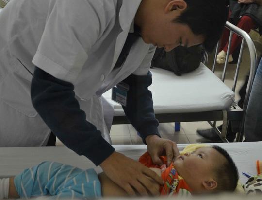 Be 8 thang tuoi nhap vien nghi do bao mau danh hinh anh 1 Các bác sĩ đang điều trị cho bé Phương Anh tại bệnh viện.