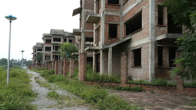 Khu nha 'thu truong' bo hoang hinh anh 1 Hàng loạt căn nhà liền kề trong dự án mới xây xong phần thô và không có người vào ở.
