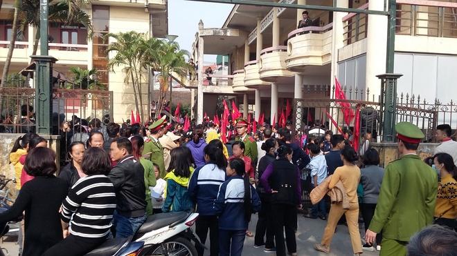 Cho con nghi hoc di phan doi xay trung tam thuong mai hinh anh 1 Học sinh và tiểu thương chợ Nành tại trụ sở UBND xã Ninh Hiệp (Gia Lâm, Hà Nội) sáng 21-12.
