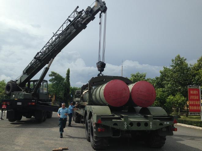 To hop 'rong lua' hien dai nhat Viet Nam hinh anh 1 Các kỹ thuật viên cẩu chuyển đạn tên lửa C-300PMU1.