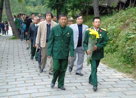 Hang nghin nguoi vieng mo Dai tuong trong dip le 22/12 hinh anh 1 Đoàn người đi viếng mộ đại tướng Võ Nguyên Giáp.