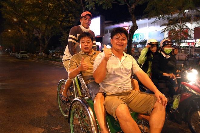 Mien Trung hung chiu mua dong bat thuong hinh anh 2 Du khách trong trang phục quần áo mùa hè dạo chơi trong đêm mùa đông trên đường Trần Hưng Đạo, TP Huế (ảnh chụp lúc 21g ngày 27-12).