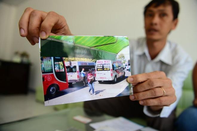 Vua mao xe thuong hieu vua rut tuyp sat doa danh khach hinh anh 2 Đại diện Công ty TNHH vận tải Toàn Thắng đưa bức ảnh ghi nhận các xe giả mạo xe của công ty để hoạt động.