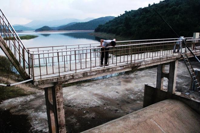 Mien Trung hung chiu mua dong bat thuong hinh anh 3  Mọi năm vào tháng 12, nước hồ Liệt Sơn (Quảng Ngãi) đã xả qua đập tràn, năm nay nước thấp hơn đập tràn đến 6m.