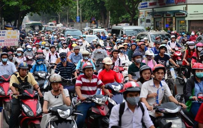 Phan luong chong ket xe cua ngo san bay Tan Son Nhat hinh anh 1