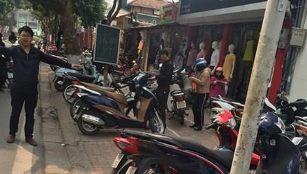Ha Noi loan gia trong giu xe: Phat xong dau lai vao day hinh anh