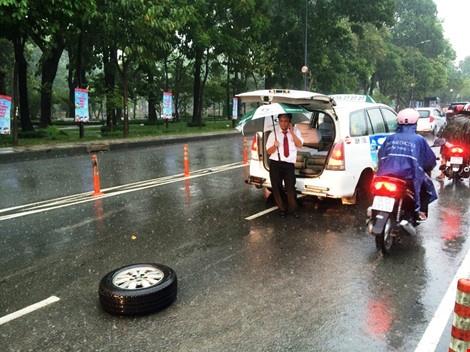 Taxi rot banh khi cho khach den san bay Tan Son Nhat hinh anh