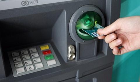 Vua rut tien ra khoi tru ATM thi bi dam thau bung hinh anh