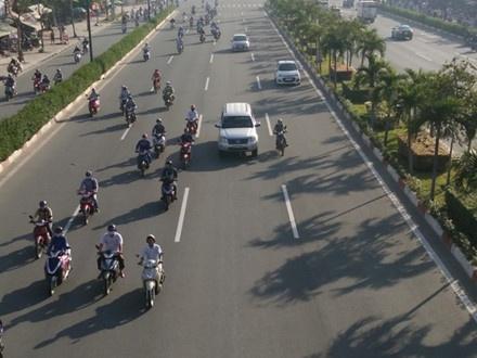 Xe may chiem lan oto tren duong Pham Van Dong hinh anh 2