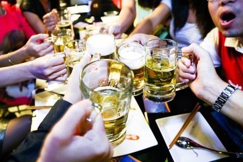 Dam khach dam cuoi trong thuong vi moi bia khong uong hinh anh