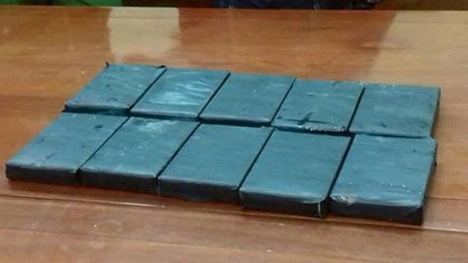 Giau 10 banh heroin trong xe may van khong qua duoc mat canh sat hinh anh 1