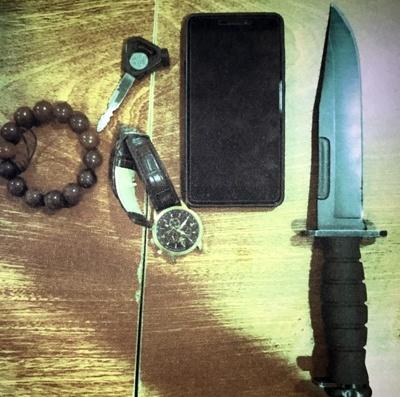 An ninh chan hai thanh nien mang dao vao san bay Tan Son Nhat hinh anh 1