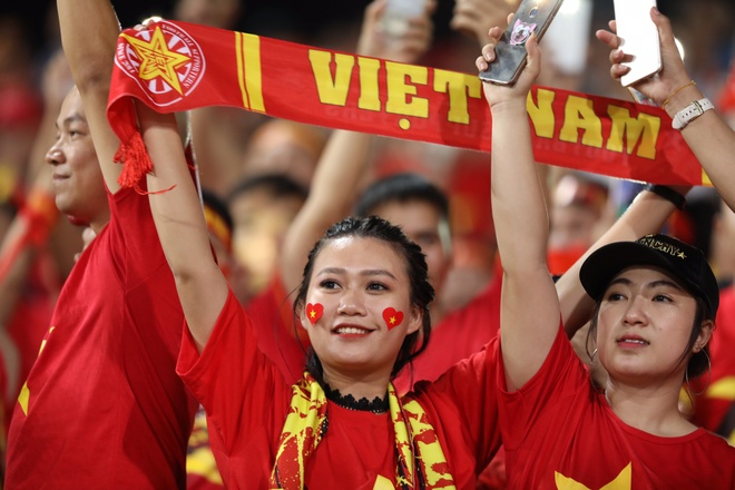 Sai Gon - Ha Noi tung bung truoc chien thang 2-0 cua tuyen Viet Nam hinh anh