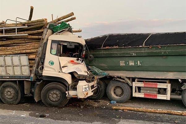 Xe chở gỗ lao vào đuôi xe tải, 2 người trong cabin thiệt mạng