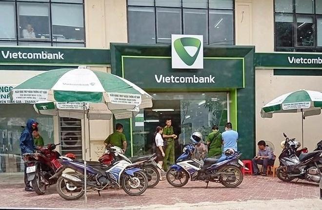 Cuop na nhieu phat sung khi xong vao ngan hang Vietcombank hinh anh 1