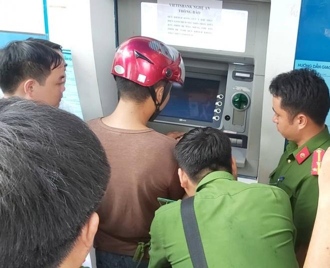 Phát hiện nhóm người nước ngoài làm giả thẻ ATM để chiếm đoạt tiền