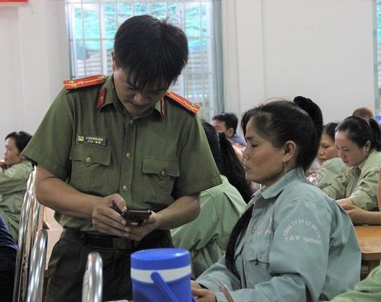 Cong An Tay Ninh ket noi voi cong nhan tren Zalo de chong toi pham hinh anh 1