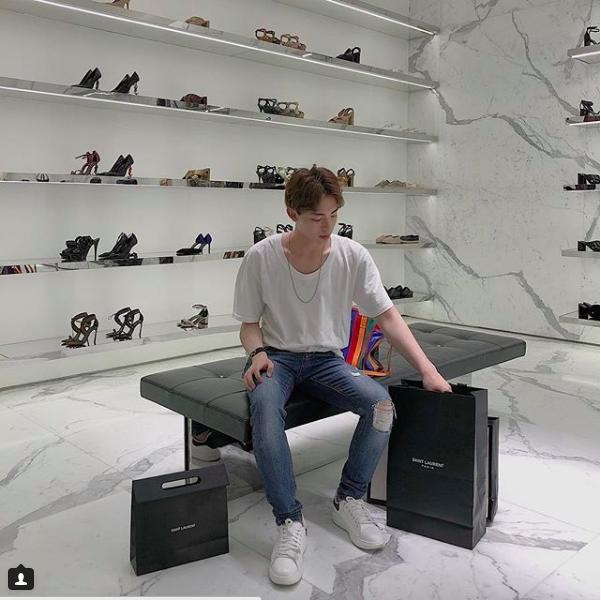 Chi Dan, Son Tung M-TP me sneakers trang hinh anh 5