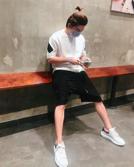 Chi Dan, Son Tung M-TP me sneakers trang hinh anh 3
