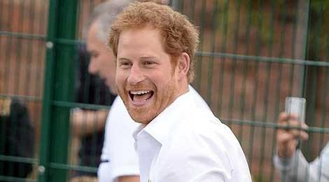 Hoang tu Harry an mac phong khoang, gian di giua doi thuong hinh anh