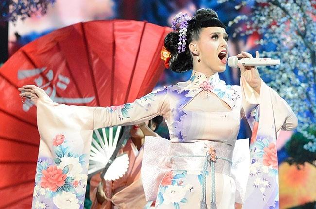 Katy Perry bi chi trich phan biet chung toc tai AMA 2013 hinh anh