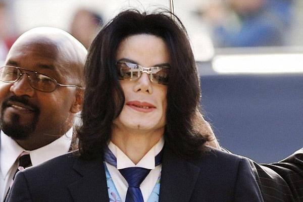 Bac si ngo sat up mo ve so thich ky quac cua Michael Jackson hinh anh