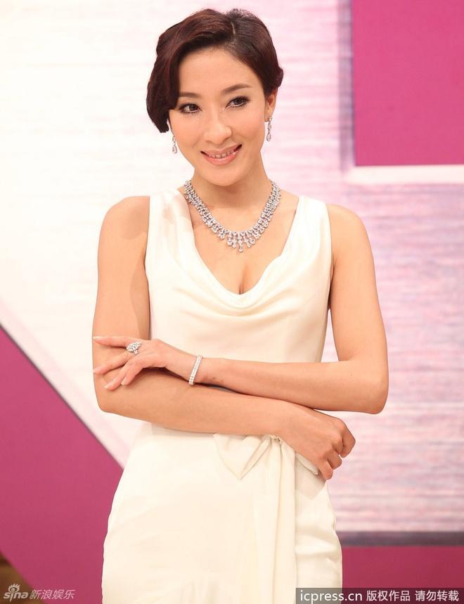 Sao nu TVB dua nhau dien dam xuyen thau tren tham do hinh anh 4