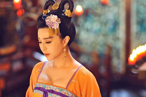 Pham Bang Bang chen ep vong 1 trong hinh tuong Vo Tac Thien hinh anh