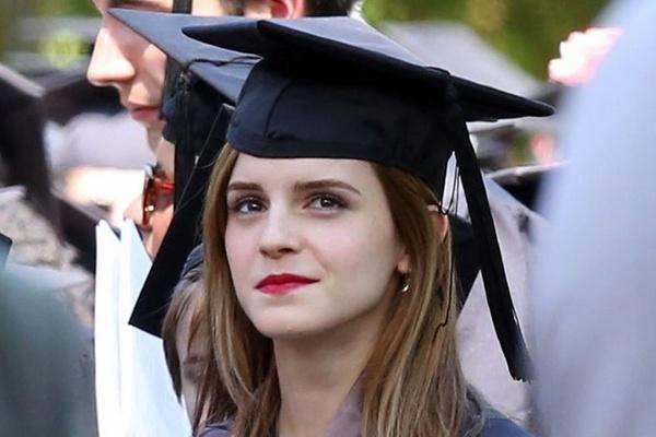 Emma Watson gay sot voi hinh anh tot nghiep hinh anh