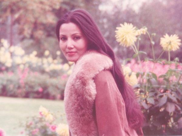 """Bà còn được vinh danh là một trong """"tứ đại mỹ nhân màn ảnh Việt"""" trong suốt một thời gian dài. Người ta nói nữ diễn viên này vừa mang vẻ đẹp nhẹ nhàng của con gái Hà Nội, vừa pha chút phóng khoáng, dễ thương của con gái Sài Gòn."""