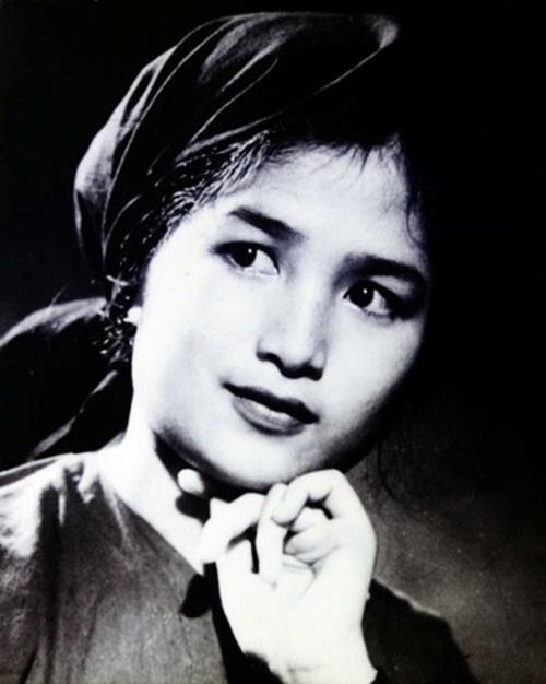 """Ngày đó, trong trường điện ảnh có nhiều người xinh đẹp, nhưng Trà Giang luôn là người lọt vào """"mắt xanh"""" của các đạo diễn. Chính vì thế, lần lượt các vai diễn quan trọng bắt đầu đến với sự nghiệp điện ảnh của Trà Giang."""