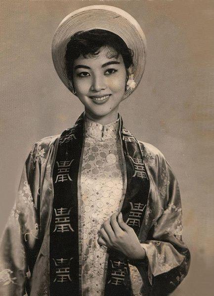 iều Chinh tên thật là Nguyễn Thị Kiều Chinh. Bà sinh ngày 3/9/1937 trong một gia đình khá giả tại Hà Nội. 17 tuổi lấy chồng, sinh con, trở thành một minh tinh điện ảnh, nổi tiếng khắp Châu Á, tham gia các phim của Mỹ sản xuất.