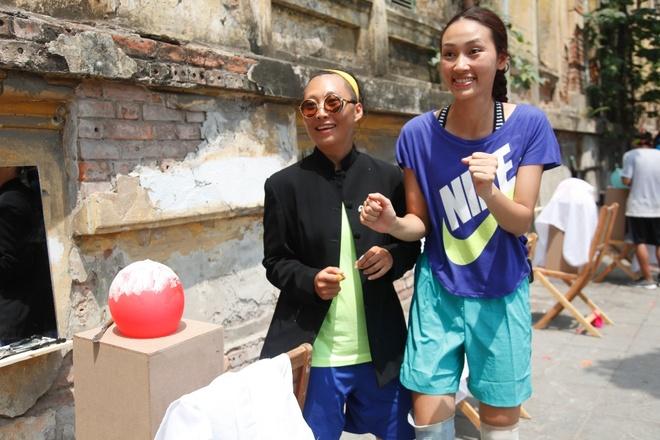 Trang Tran vap sai lam vi qua tu tin la nguoi Ha Noi hinh anh 1 Các đội với nhiệm vụ kỳ khôi: cạo tóc cho bóng bay.